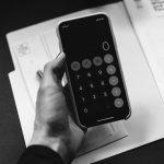 Calculadora en mano para calcular los gastos de transporte de tu ecommerce